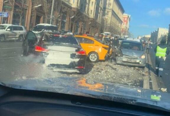 Два человека госпитализированы после крупного ДТП на Тверской