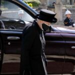 Слезы душат: Елизавета II взяла с собой на похороны мужа их совместное фото  | StarHit.ru