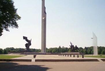 У памятника Освободителям Риги выложили красную звезду из цветов
