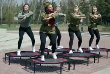 В Омске девушки для рекламы фитнес-центра попрыгали у мемориала воинам